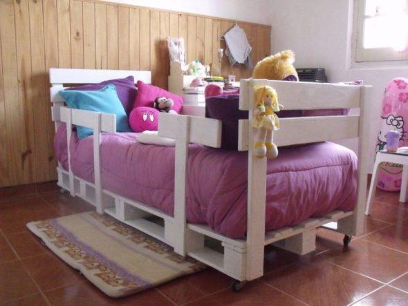 Łóżeczko dziecięce z palet na kółkach i z ogranicznikami bocznymi