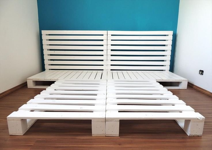 Zdjęcie ramy łóżka wykonanej z pomalowanych palet