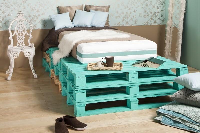 Turkusowe łóżko