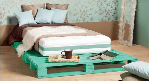 Łóżko z drewnianych palet