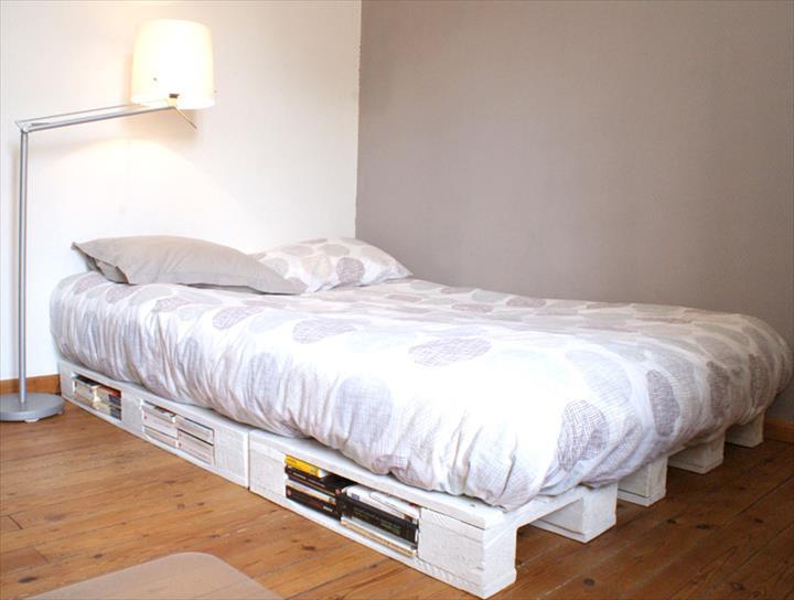 Jedno łóżko paletowe z zagłówkiem