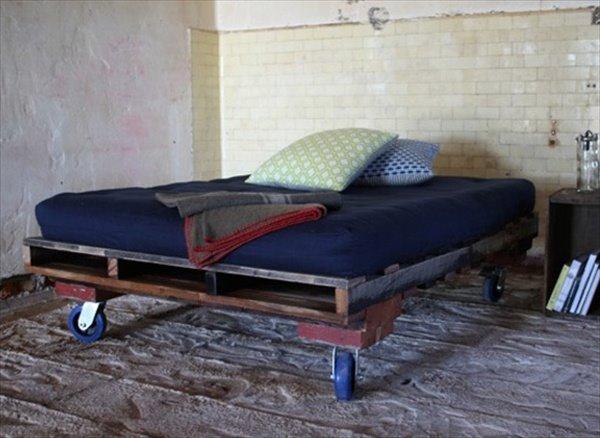 Łóżko palet budowlanych na kółkach