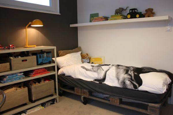 DIY łóżko w sypialni
