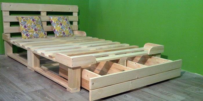 Domowe łóżko z zagłówkiem
